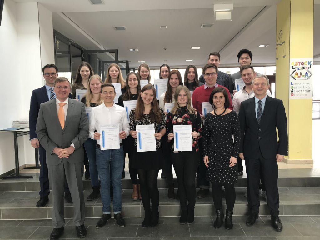 Die Schülerinnen und Schüler des P-Seminars mit MB Räde und Schulleiter Dr. Schmid nach der Preisverleihung