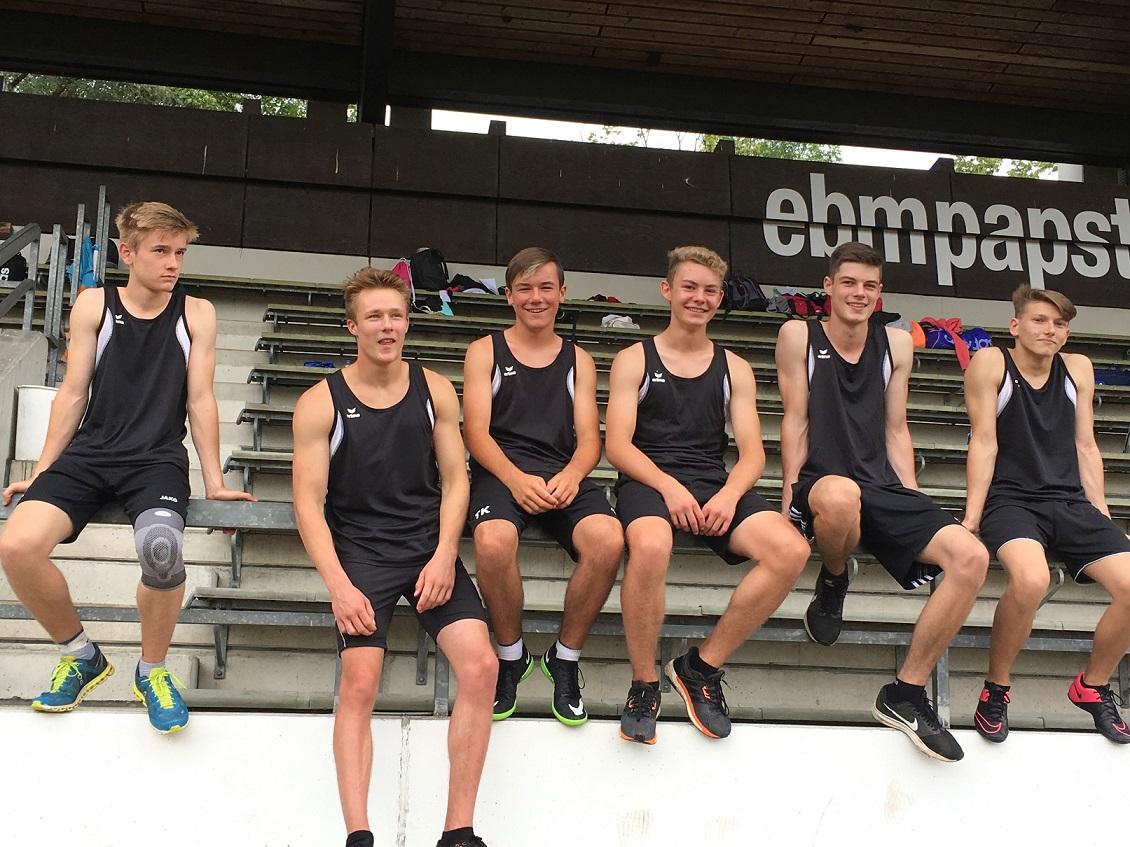 Die Staffelläufer entspannt vor dem Start