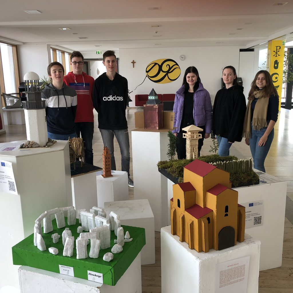 Die Erasmus+ Projektgruppe am DGK zeigt ihre Modelle
